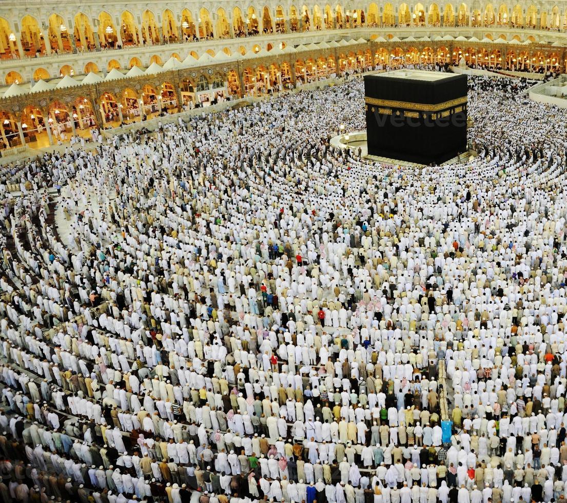Makkah Kaaba e pessoas que vêm para o Hajj foto