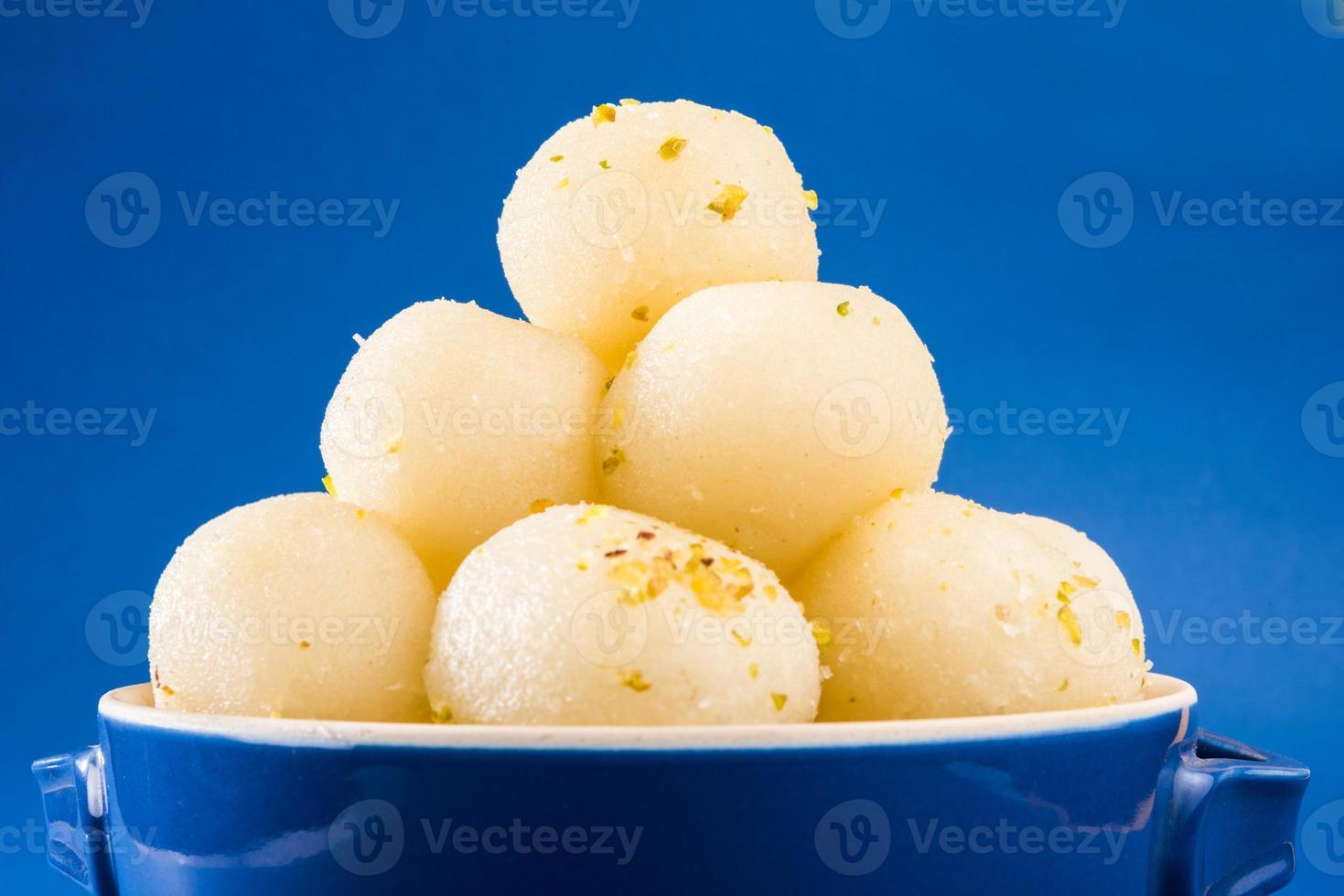 doce indiano. rasgulla é um queijo cottage indiano xarope de sobremesa foto