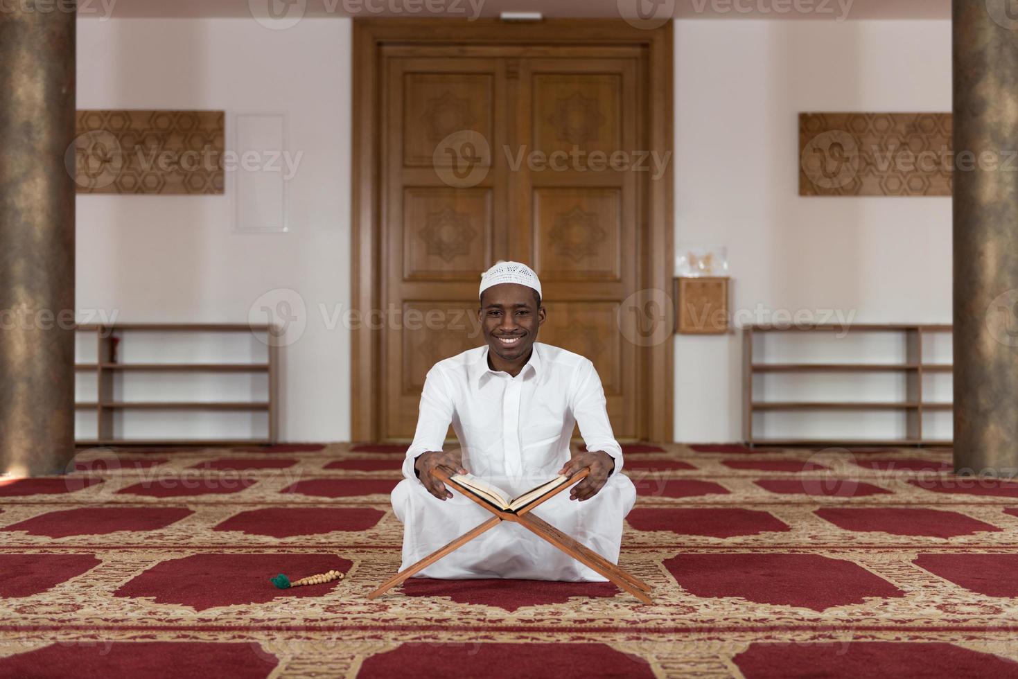 retrato de um homem negro africano na mesquita foto