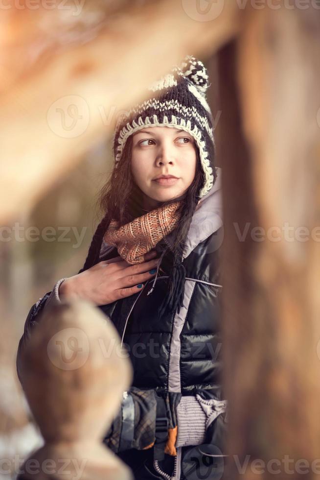 mulher jovem e atraente no inverno ao ar livre foto