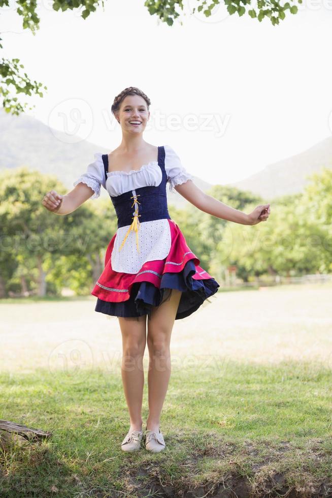 garota muito oktoberfest no parque foto