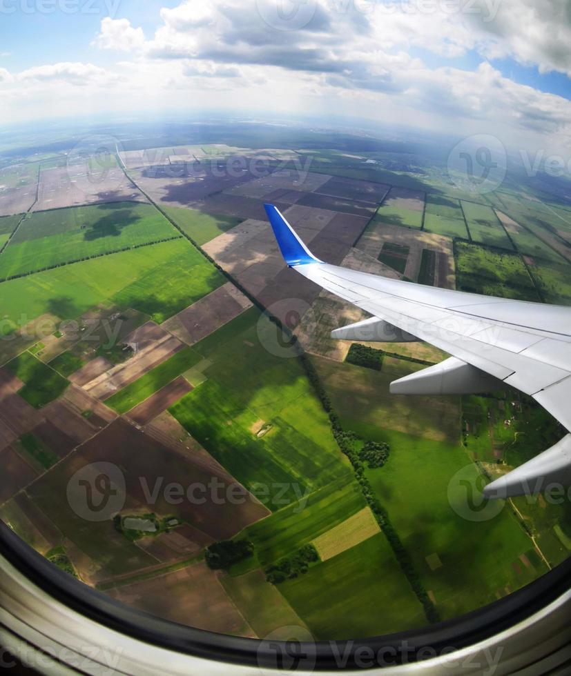 vista de campos marrons e verdes de uma vigia de avião foto