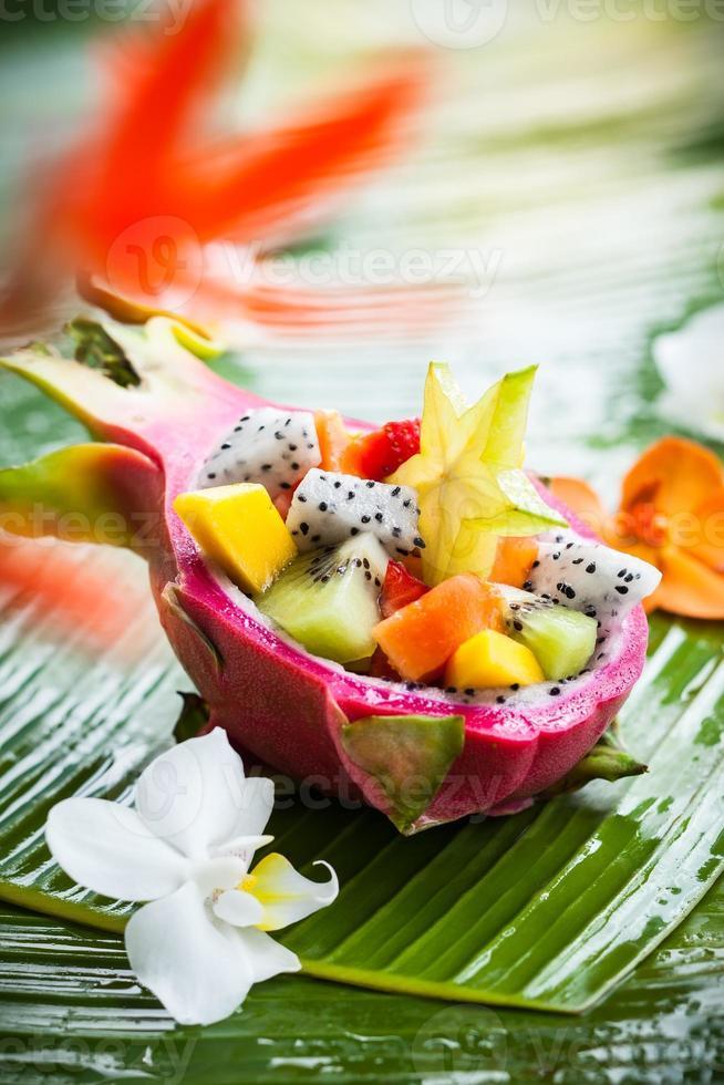 salada de frutas exóticas foto