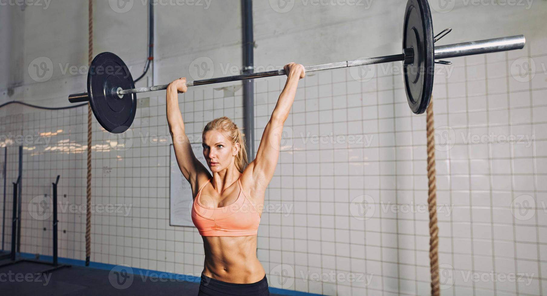 mulher de ginásio, levantamento de pesos foto