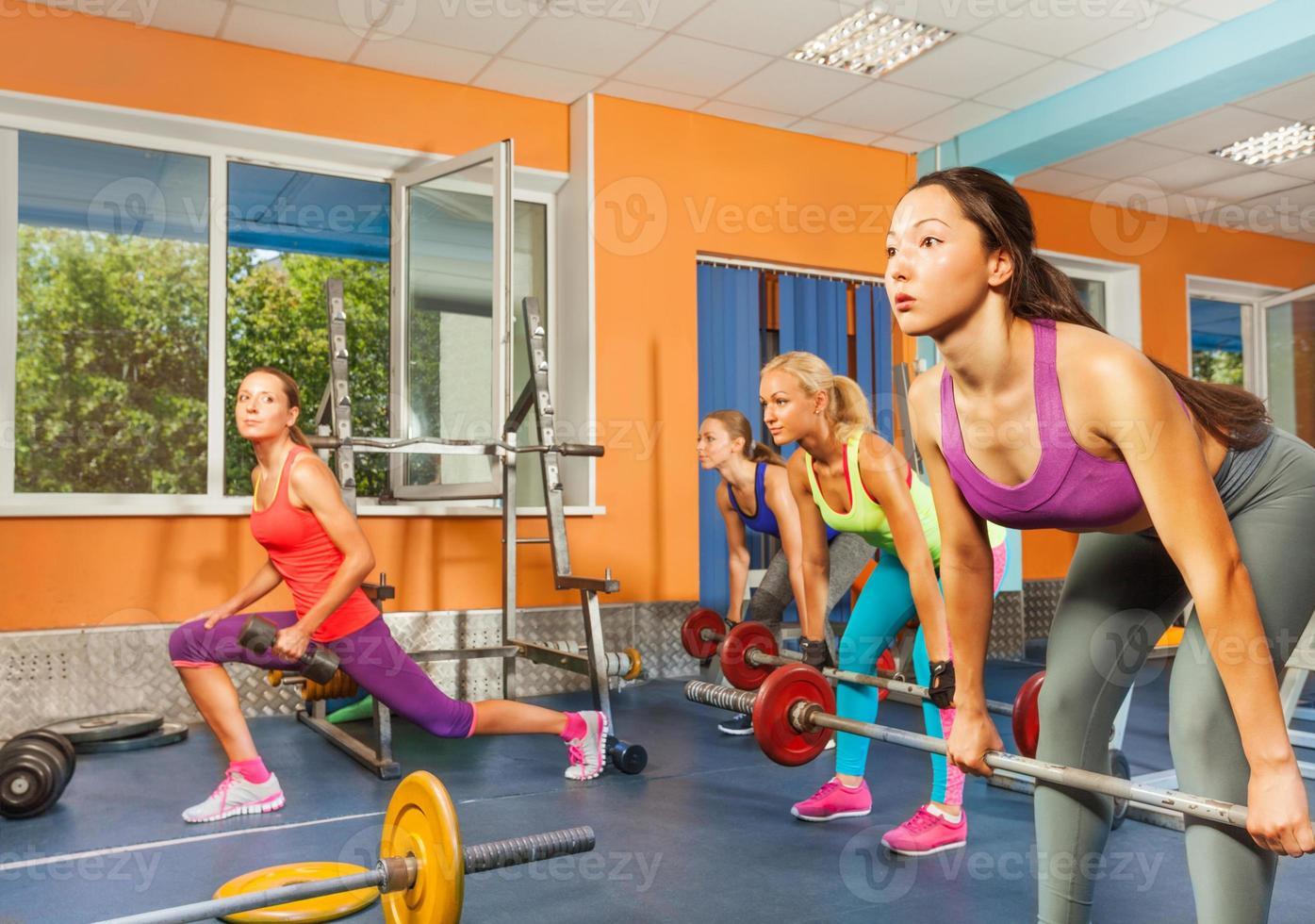 classe de levantamento de peso do grupo no clube de fitness foto