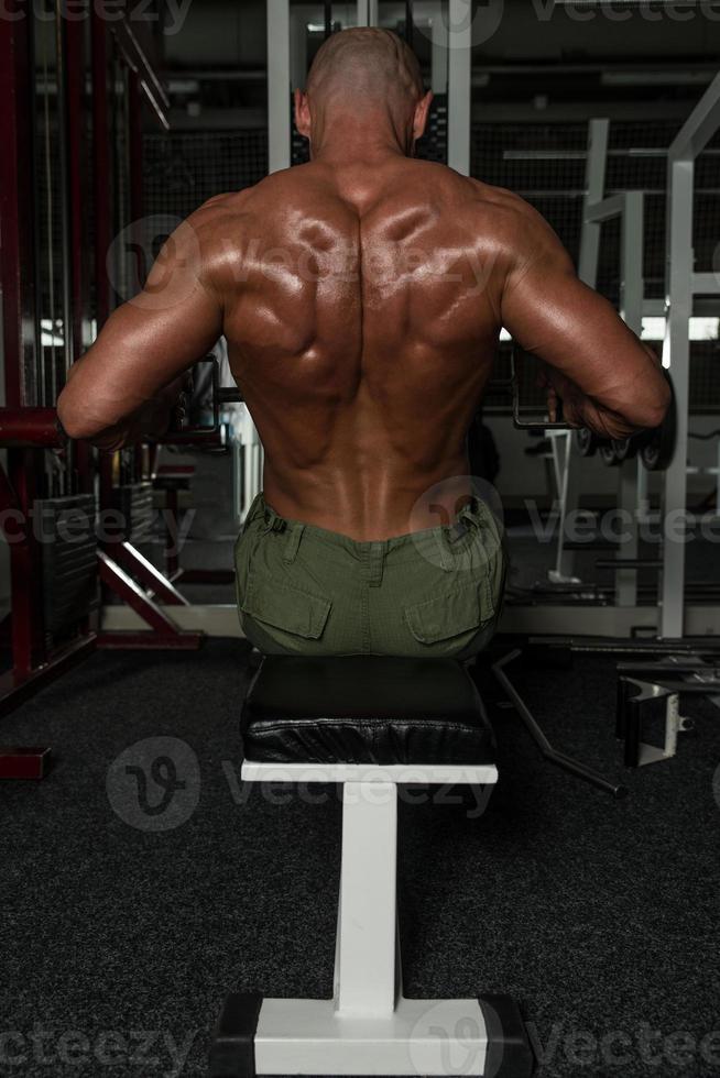 exercícios de costas em uma máquina de fileira sentada foto