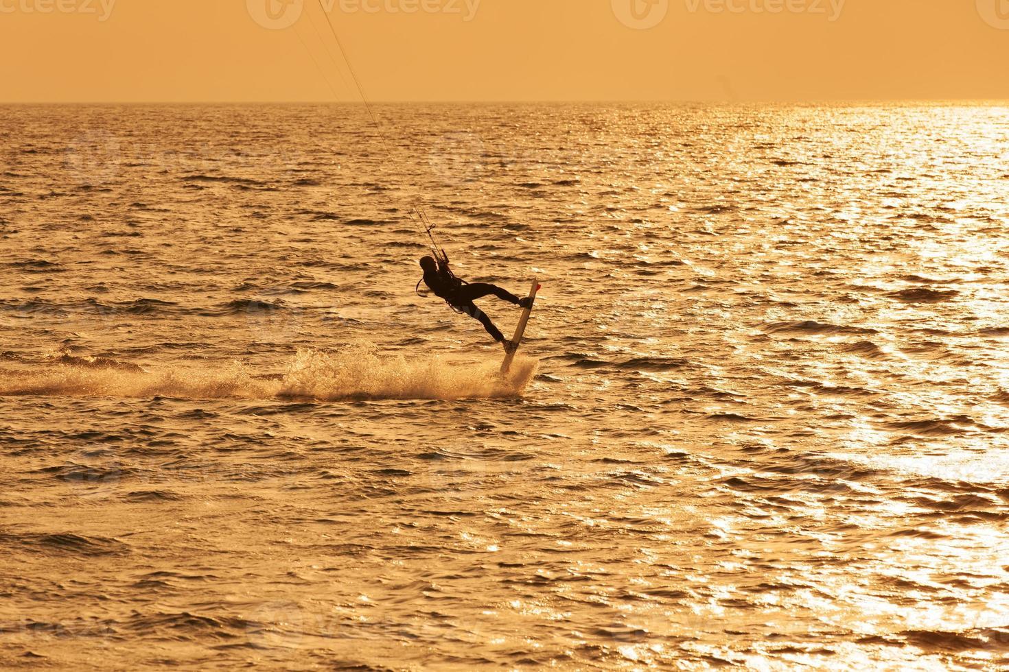 kite surfista pulando da água foto