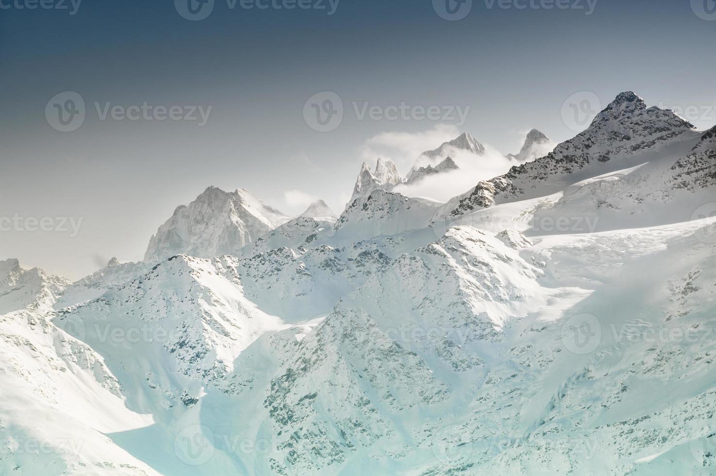 montanhas cobertas de neve do inverno foto