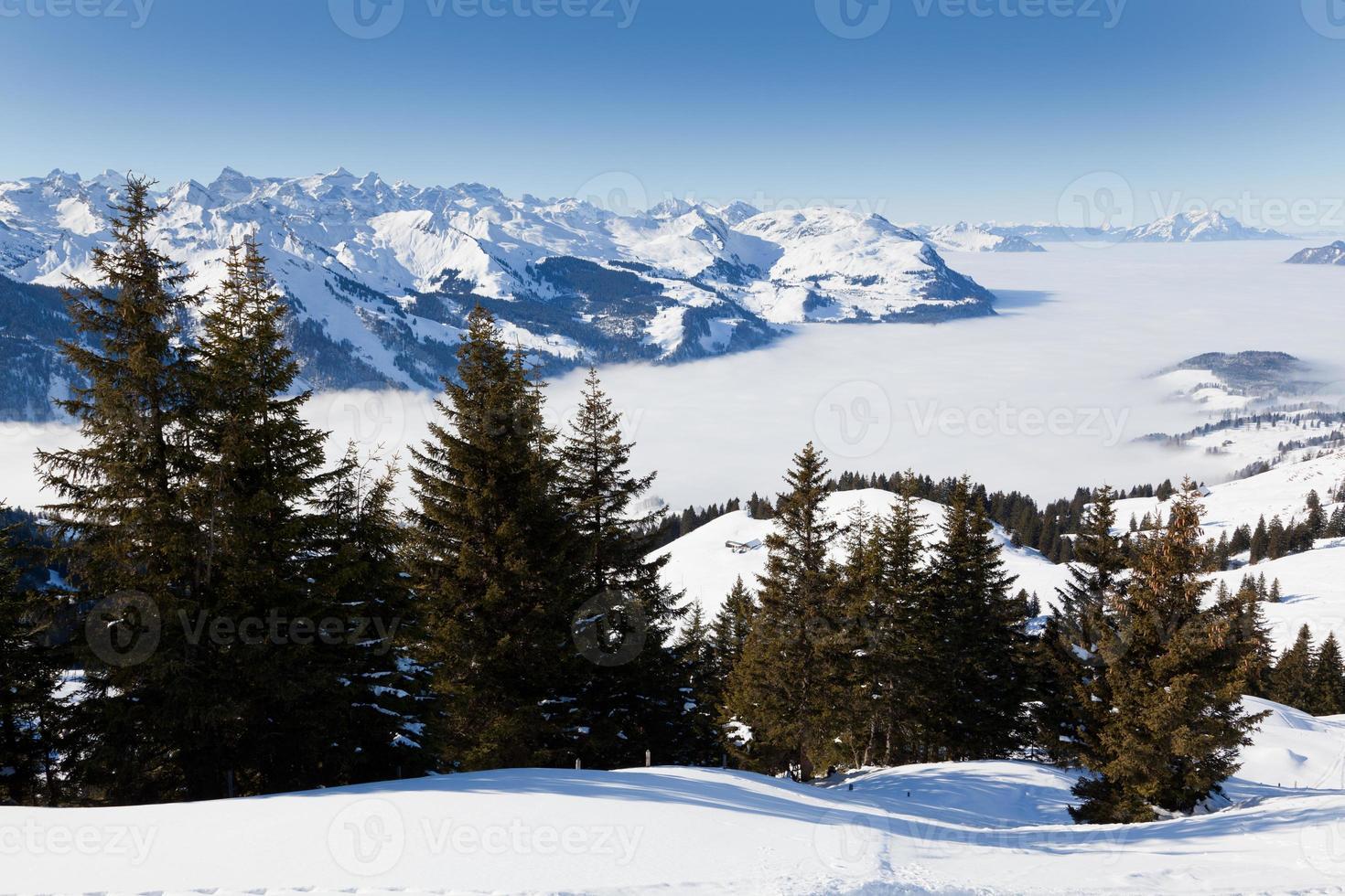 dia de inverno nublado na Suíça foto