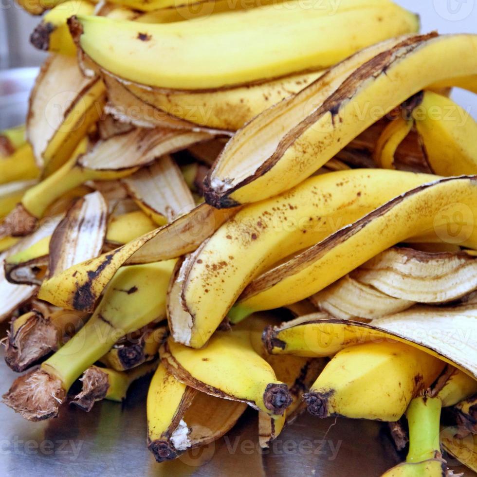 casca de banana amarela depois de um lanche de crianças foto