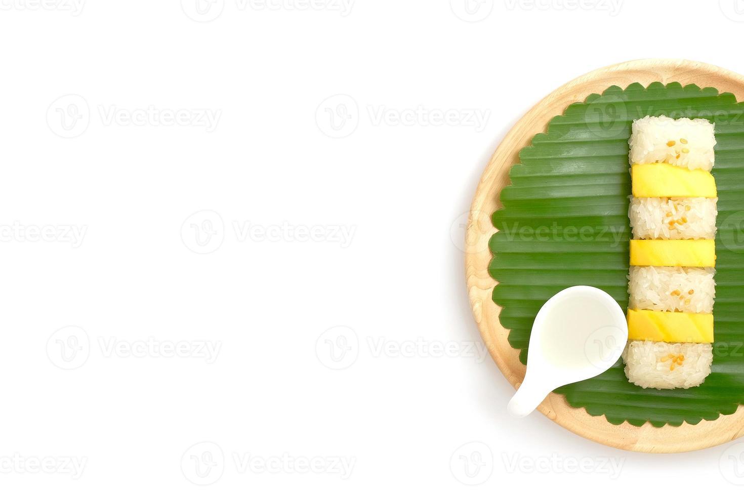 arroz doce tailandês manga doce com leite de coco, fundo branco foto