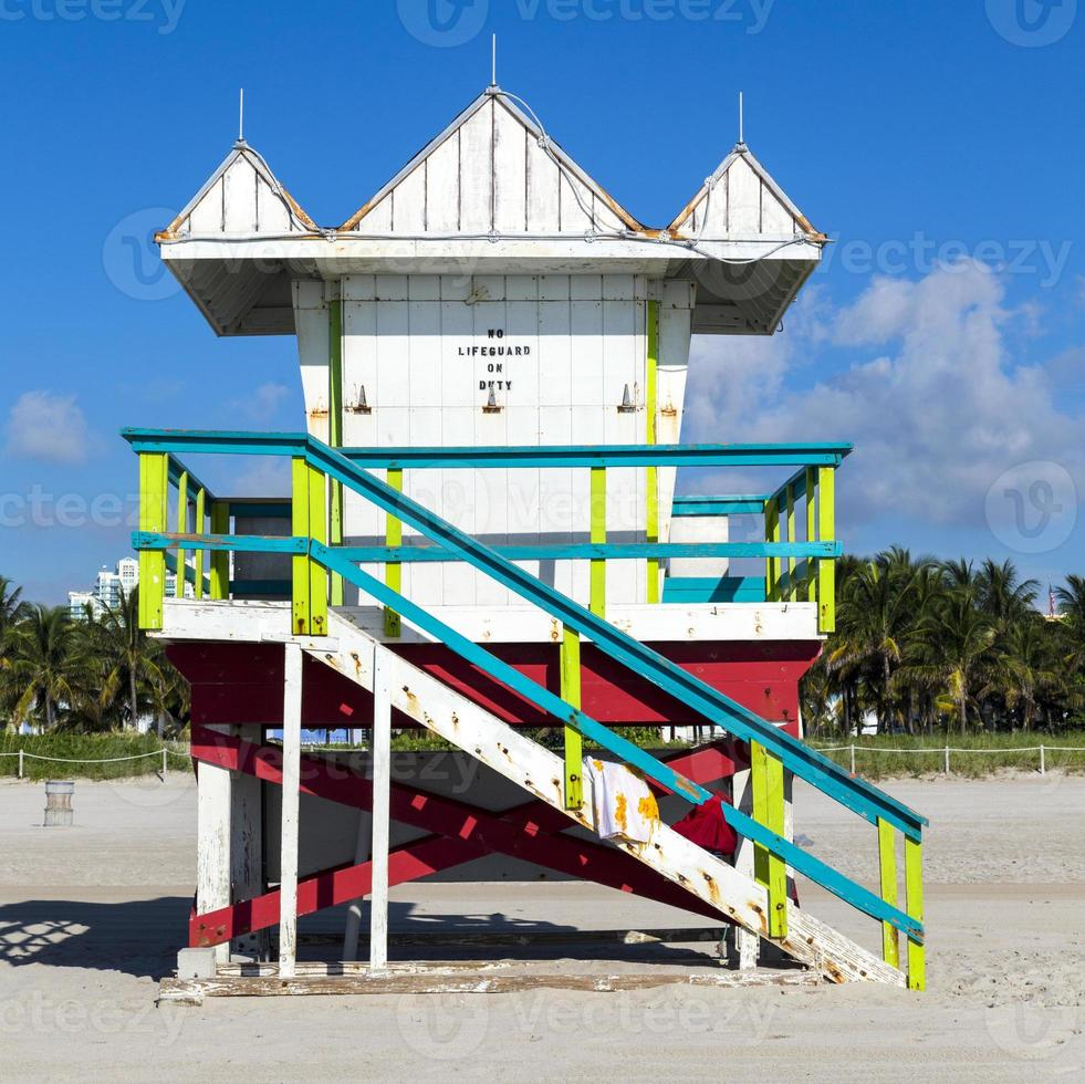 cabine de salva-vidas na praia vazia, miami, flórida foto