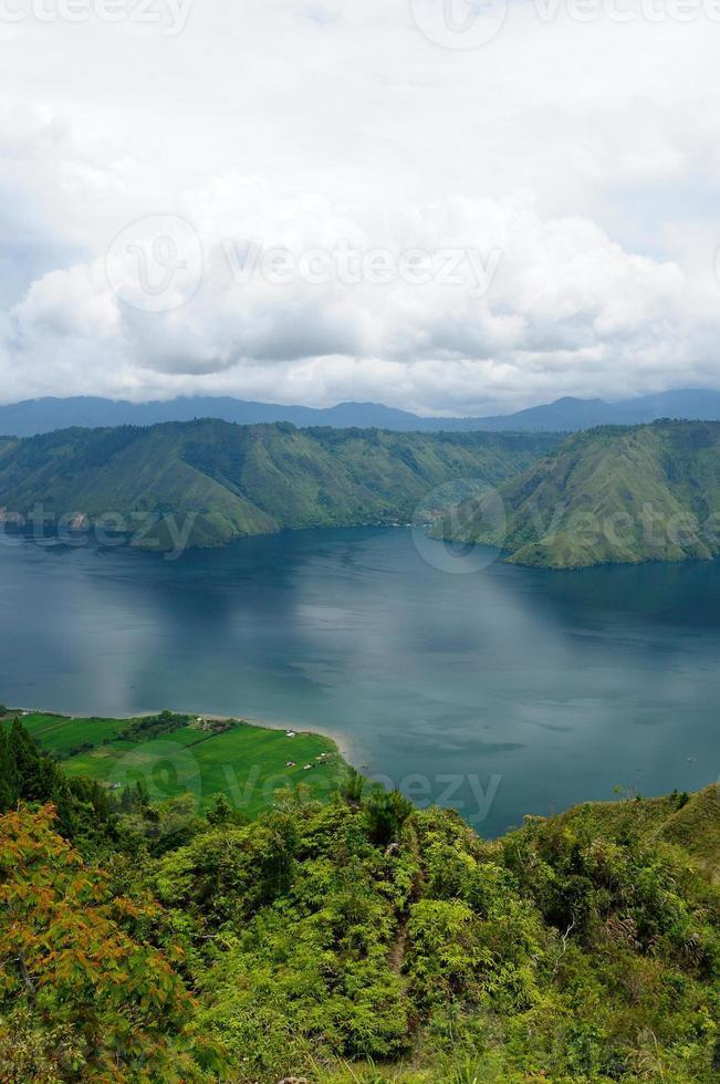 lago toba em sumatra foto