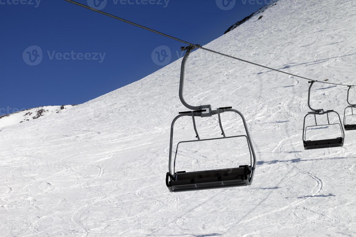 telecadeira na estação de esqui foto