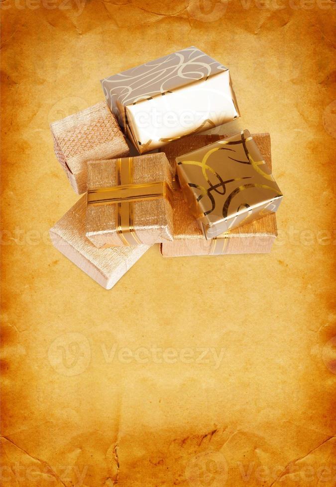 caixa de presente em papel de embrulho de ouro sobre fundo de papelão vintage foto