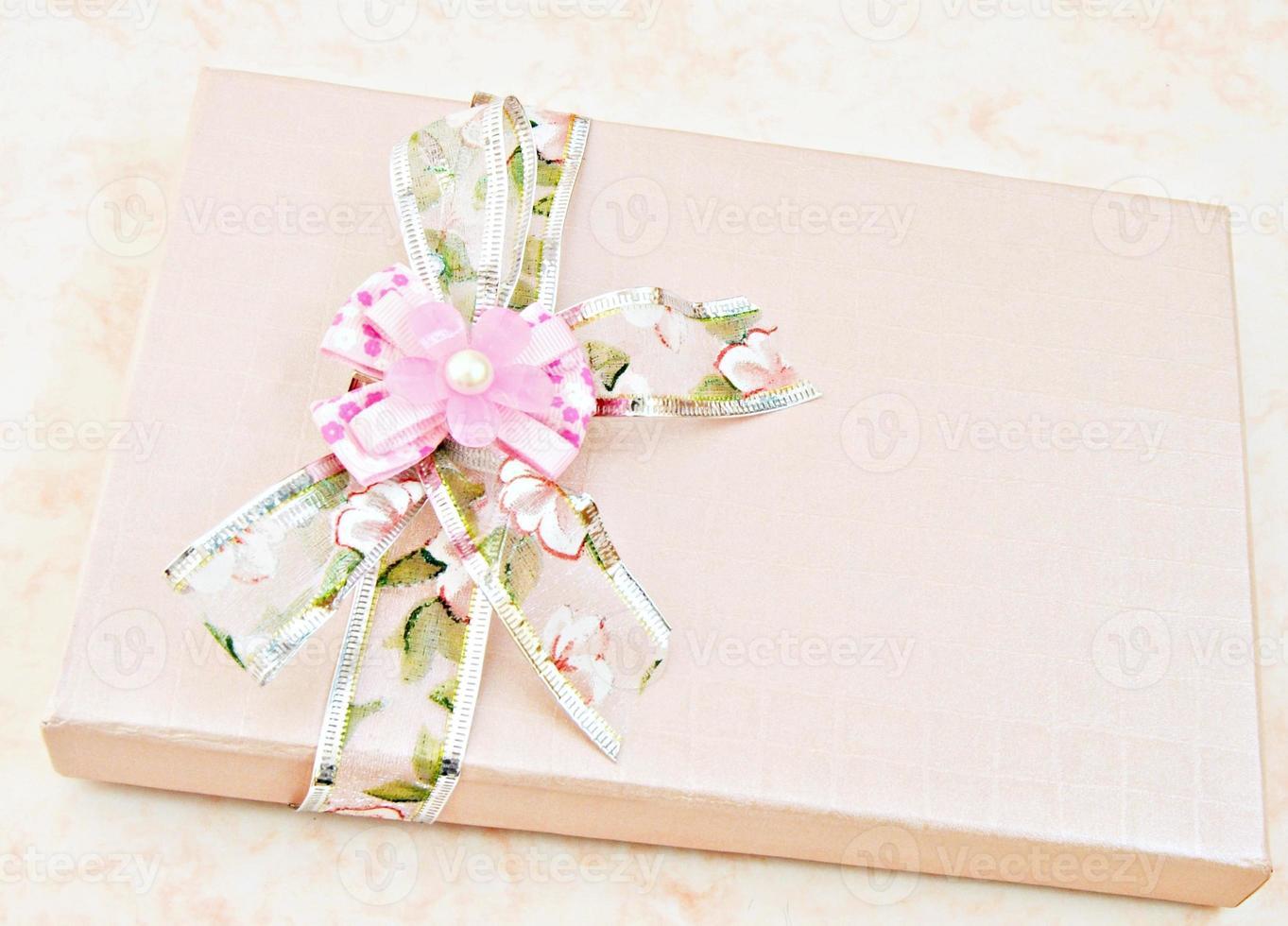 caixa com enfeites de flores foto