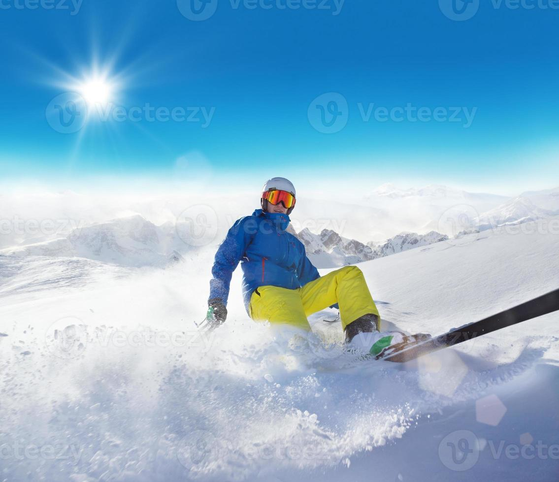 esquiador de homem correndo ladeira abaixo foto