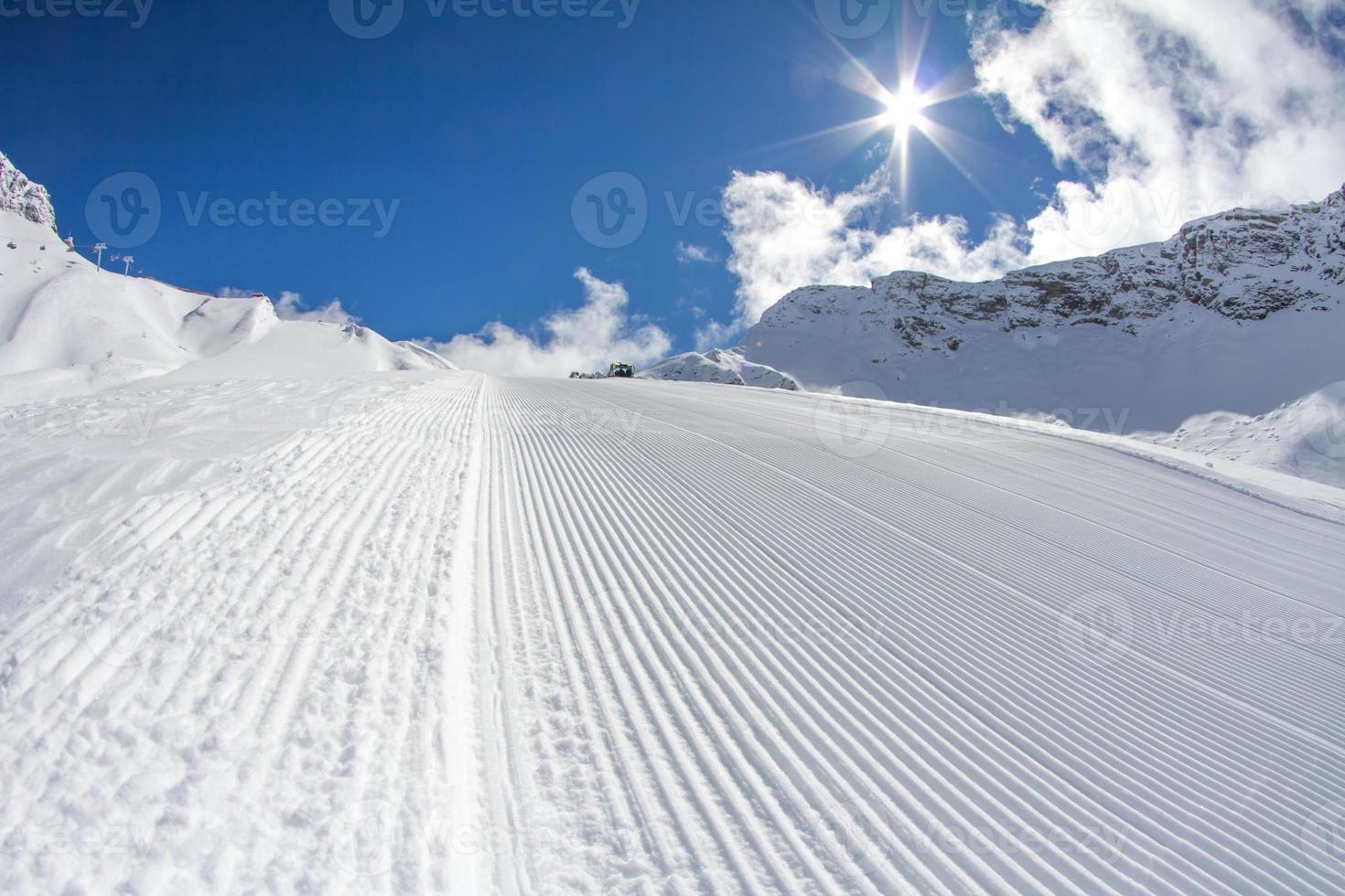 pista de esqui perfeitamente preparada foto