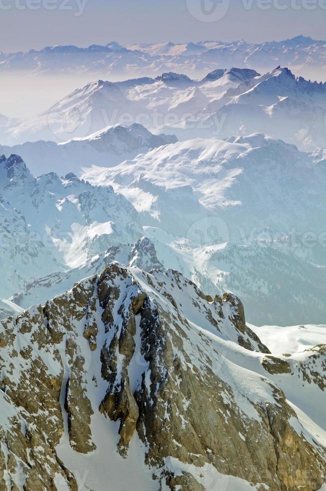 paisagem de inverno em uma estação de esqui foto