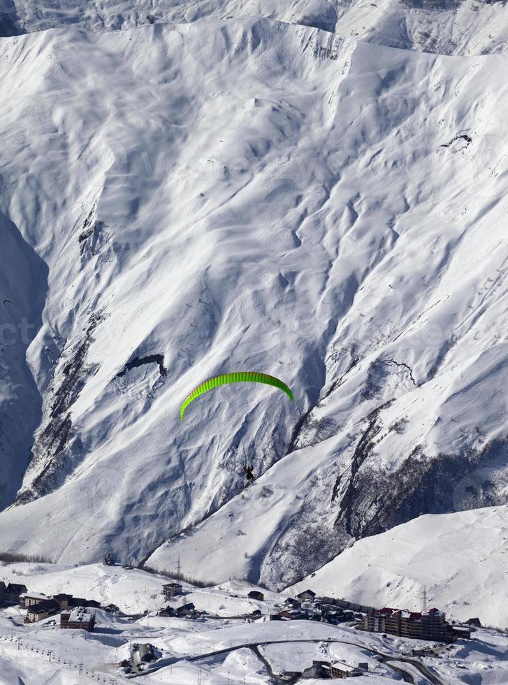velocidade voando nas montanhas de inverno em bom dia de sol foto