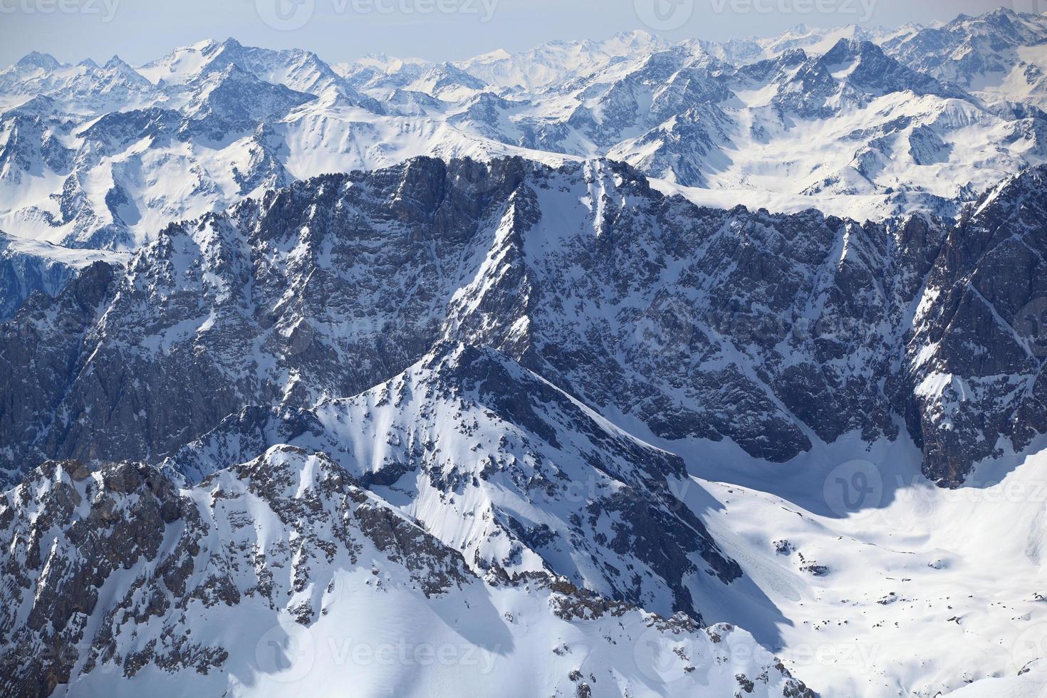 inverno coberto de neve montanha zugspitze na alemanha europa. foto