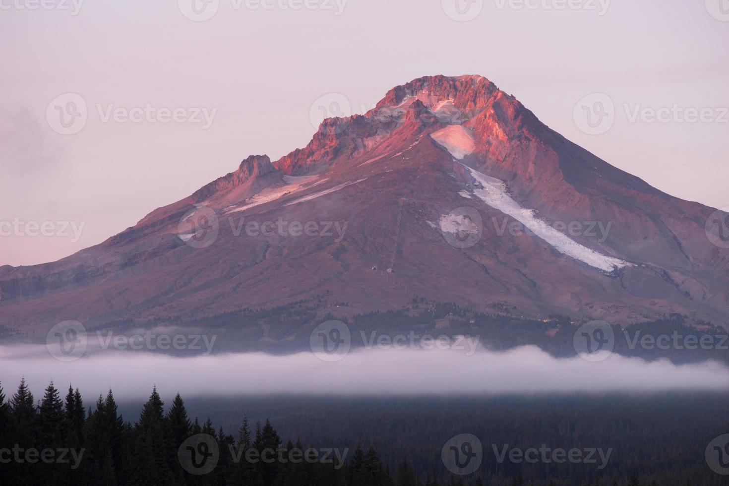mt hood ski resort nuvens baixas trillium lago oregon território foto