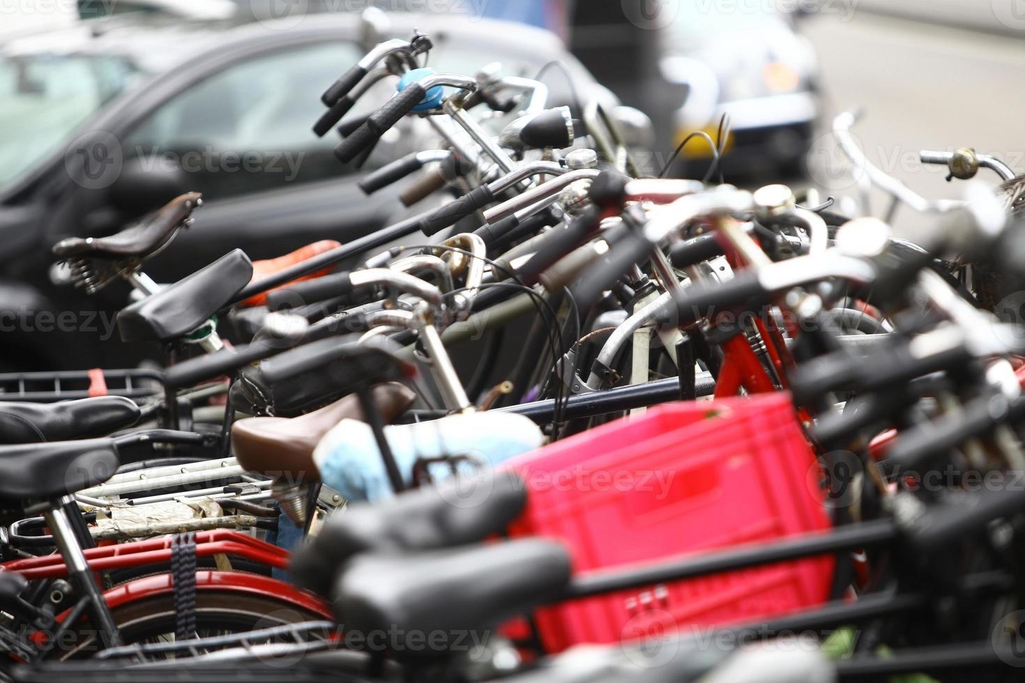 grupo de bicicletas estacionadas foto