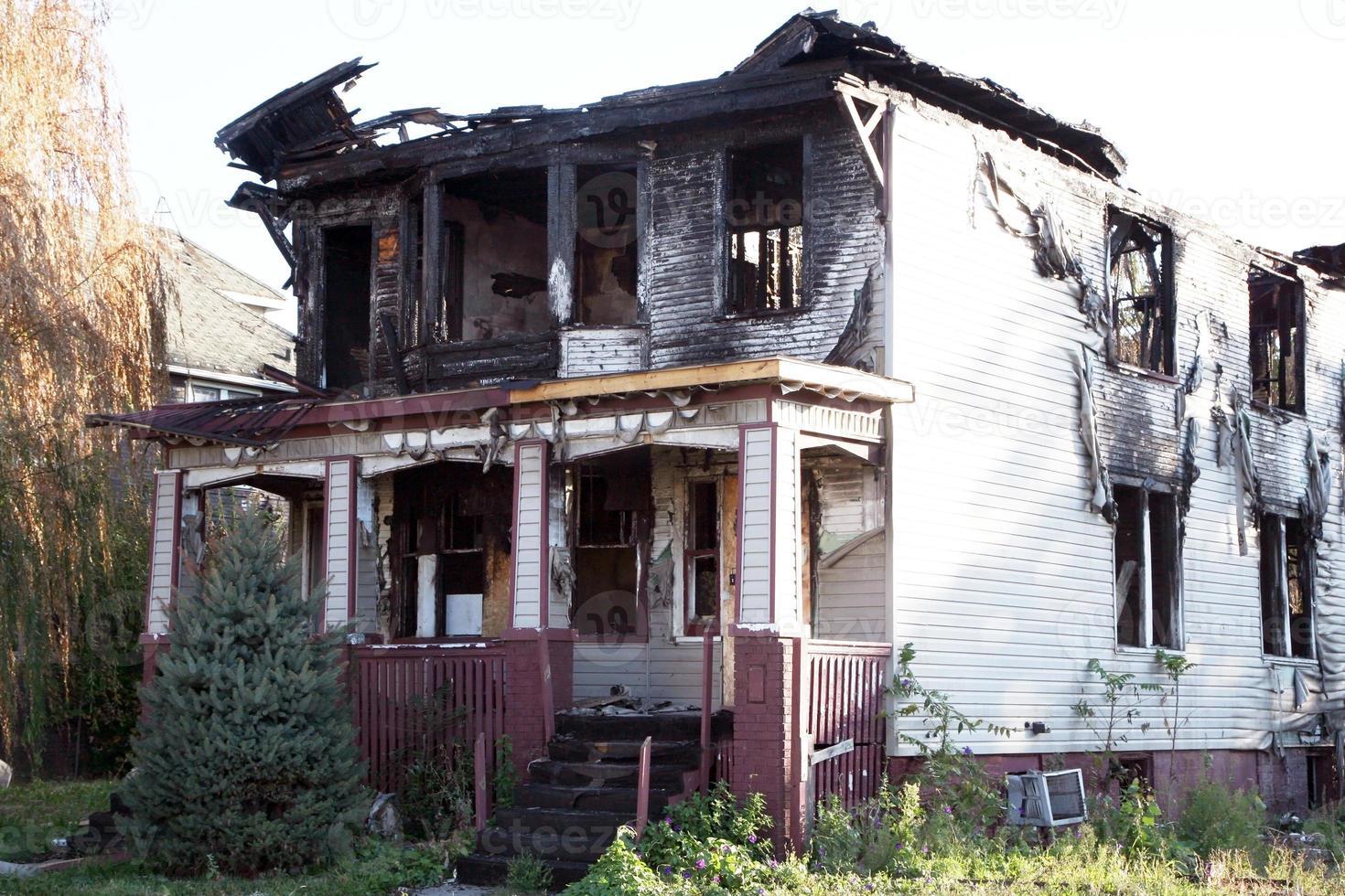 casa danificada pelo fogo foto