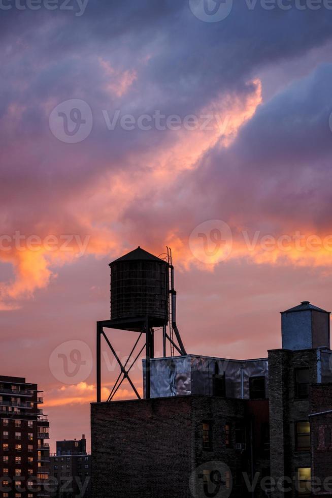 torre de água de Nova York ao pôr do sol foto