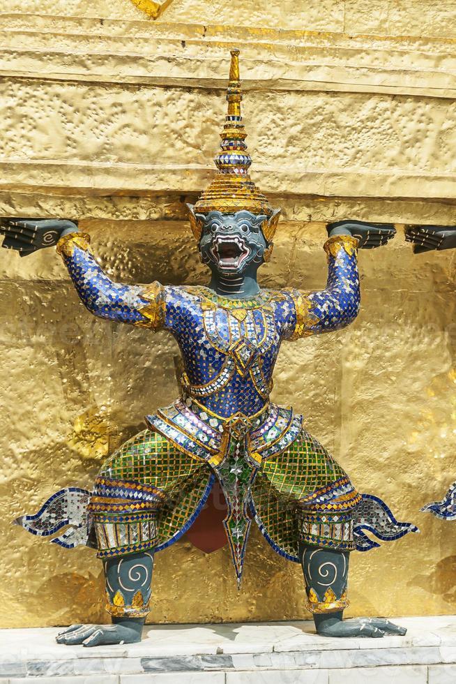 banguecoque, grande palácio, estátua verde de guardas demoníacos foto