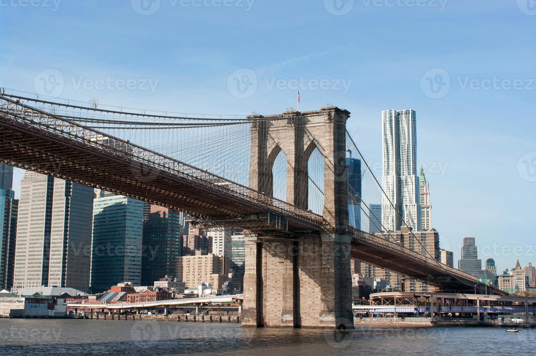 ponte de brooklyn com a paisagem urbana de manhattan atrás foto