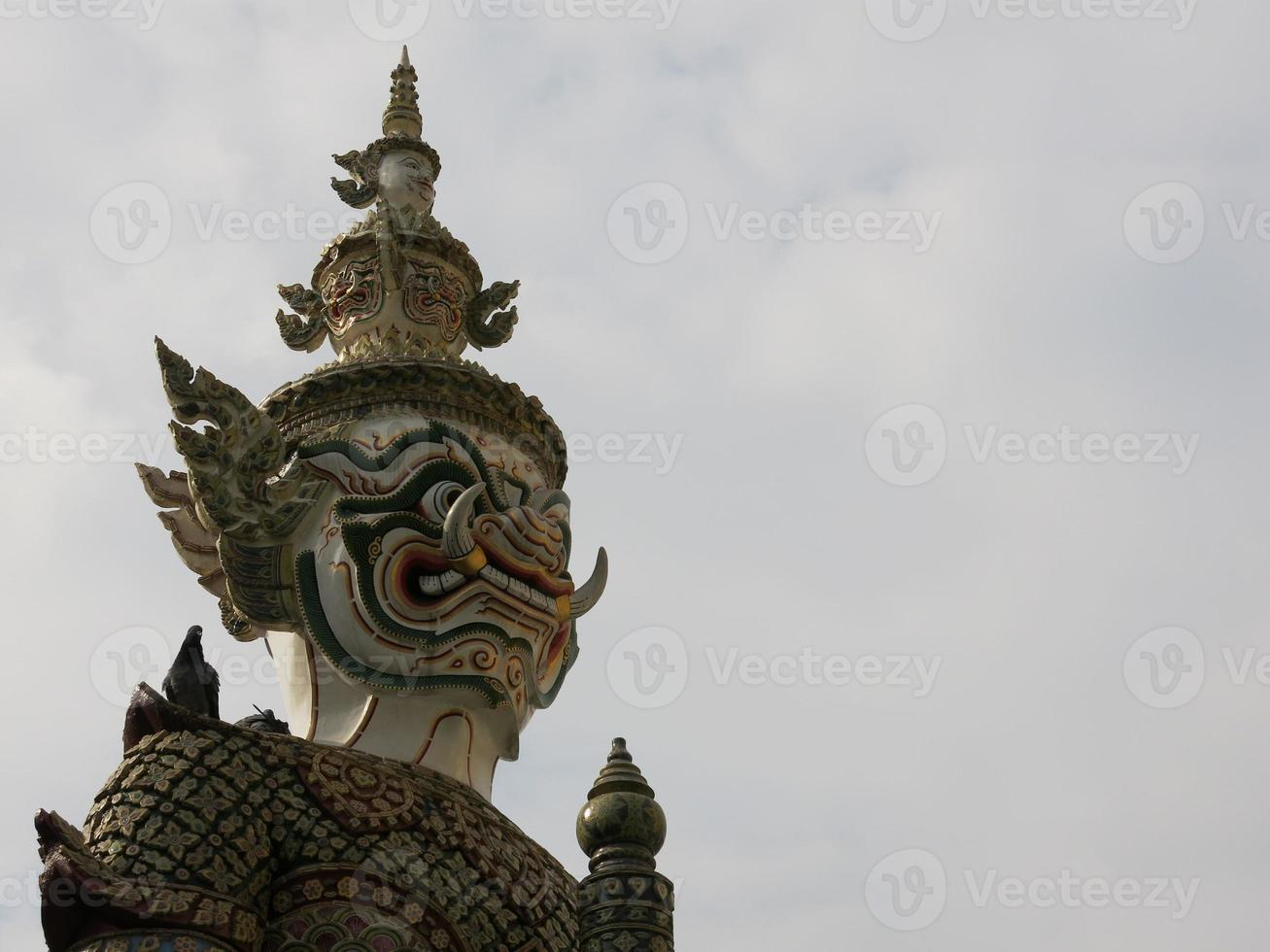 escultura gigante de Buda em wat phra kaew Tailândia foto