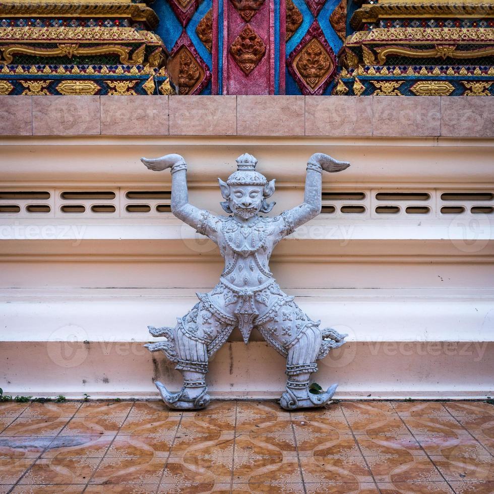 estátua de rakshasa no templo budista foto