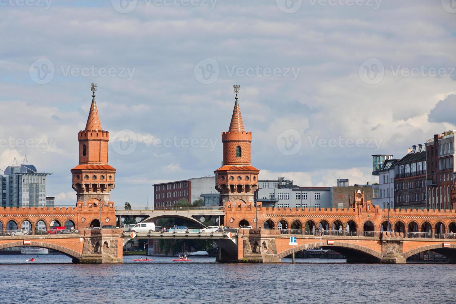 ponte oberbaumbrucke através do rio spree em berlim foto