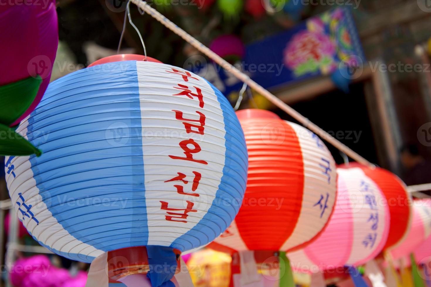 lanternas penduradas para comemorar o aniversário de budas na Coréia do Sul. foto