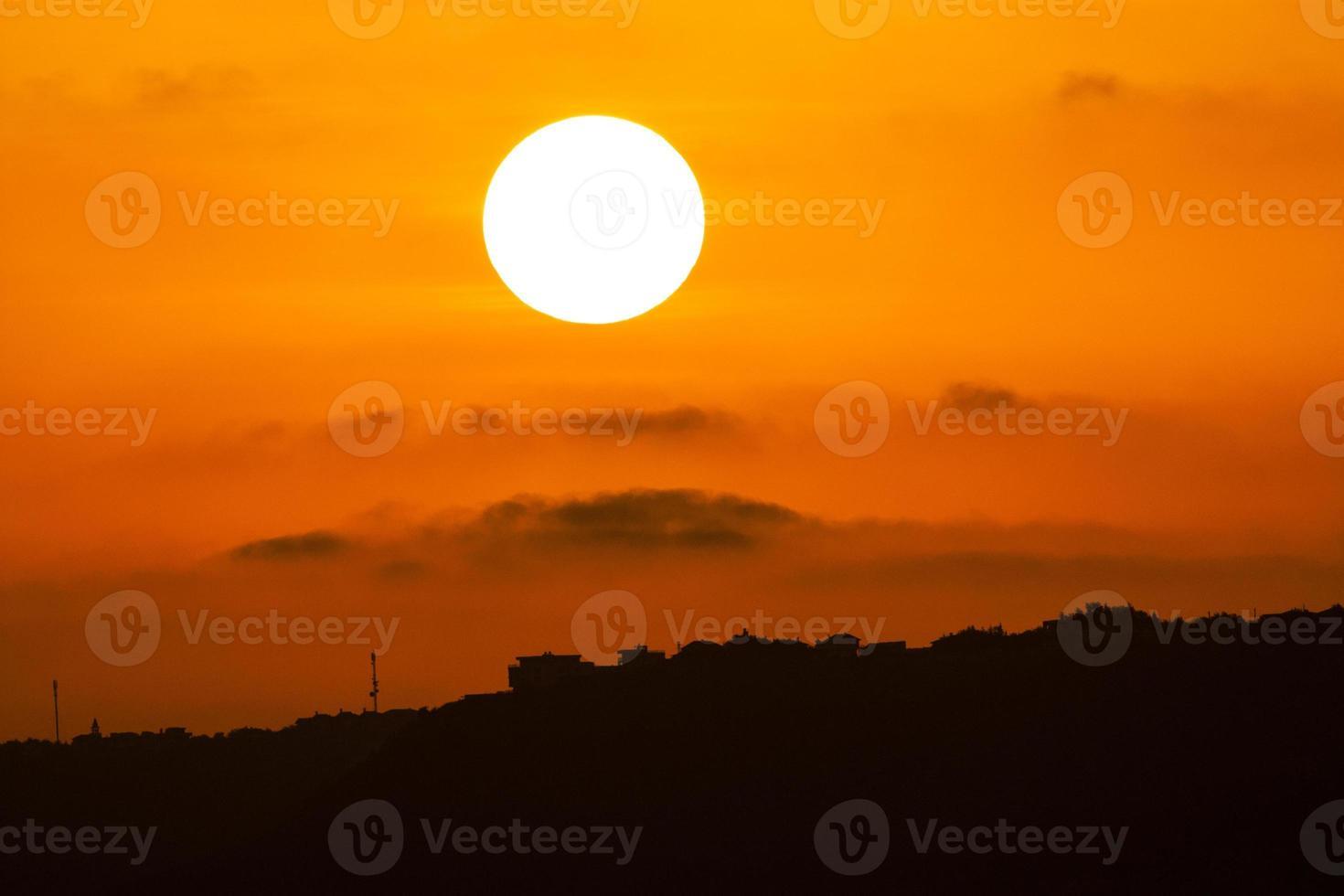pôr do sol sobre colinas foto