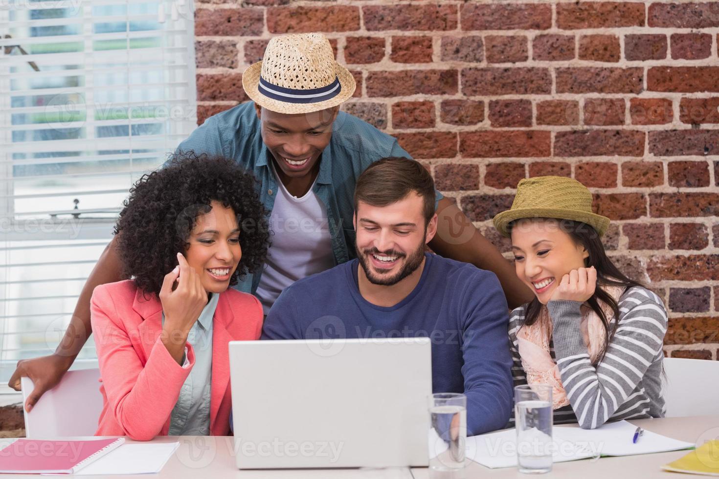 equipe criativa usando laptop em reunião foto