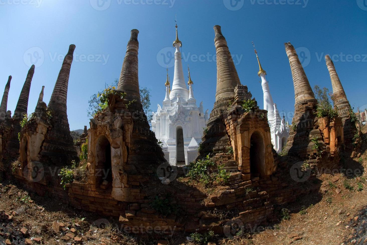 pagodes antigos na estalagem taing templo do estado shan. foto