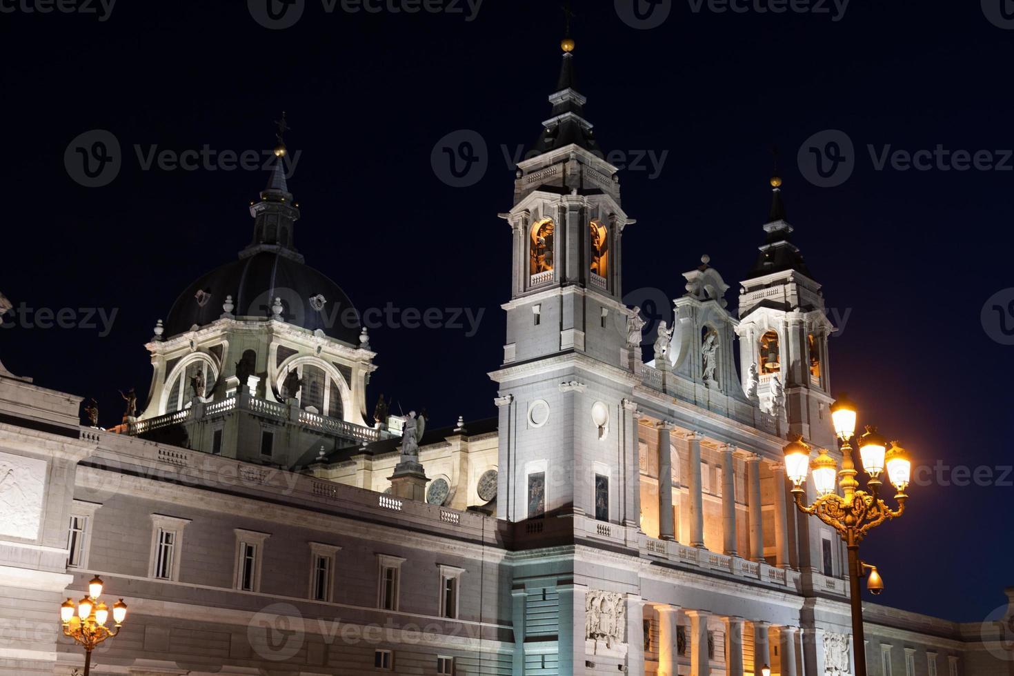 catedral de santa maria la real de la almudena em madrid foto