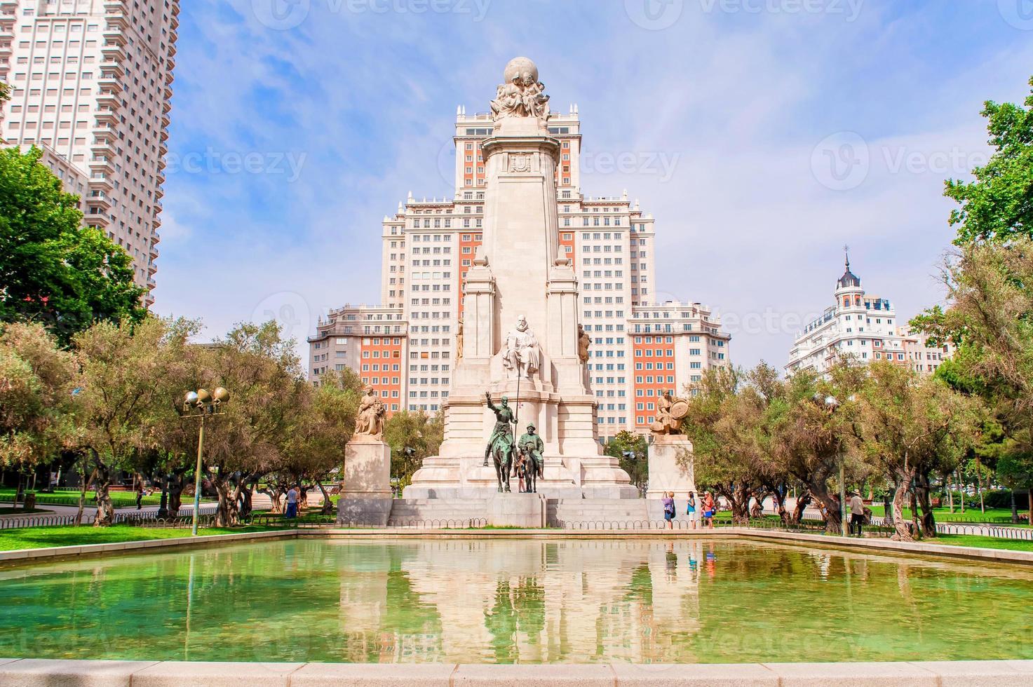 o monumento de cervantes, madrid, espanha foto
