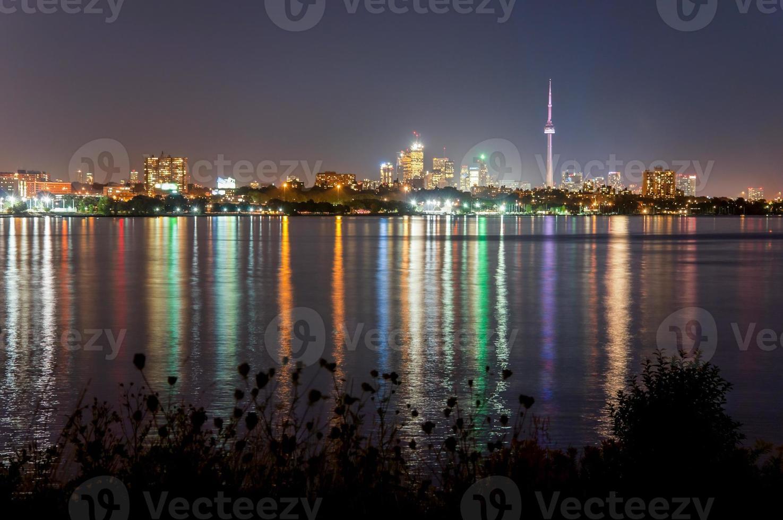 skyline de toronto à noite, com reflexão foto