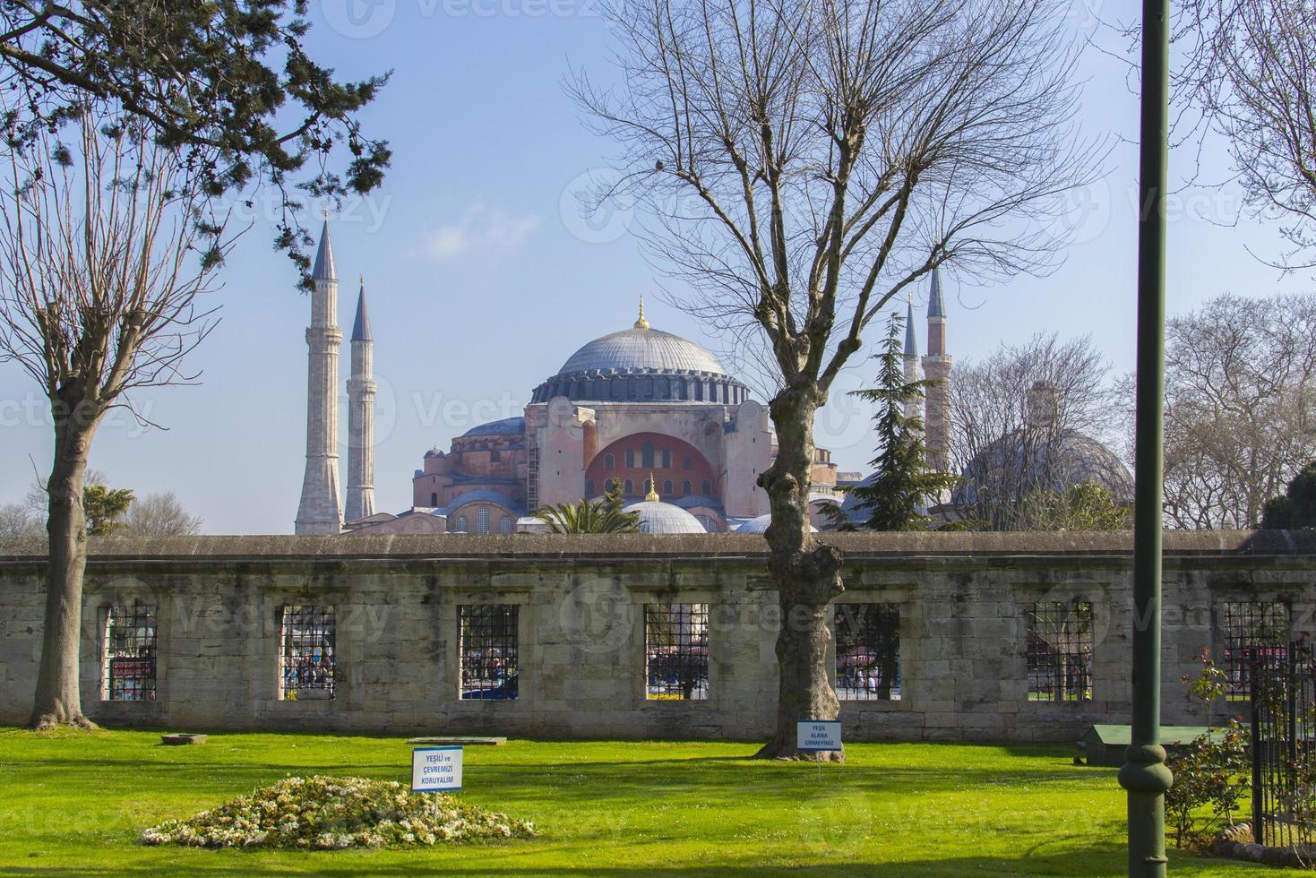 hagia sophia, vista da mesquita azul - istambul (turquia) foto