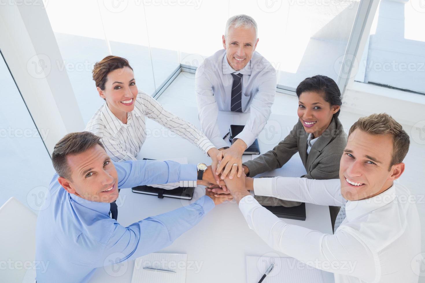 equipe de negócios sentados juntos e comemorando foto