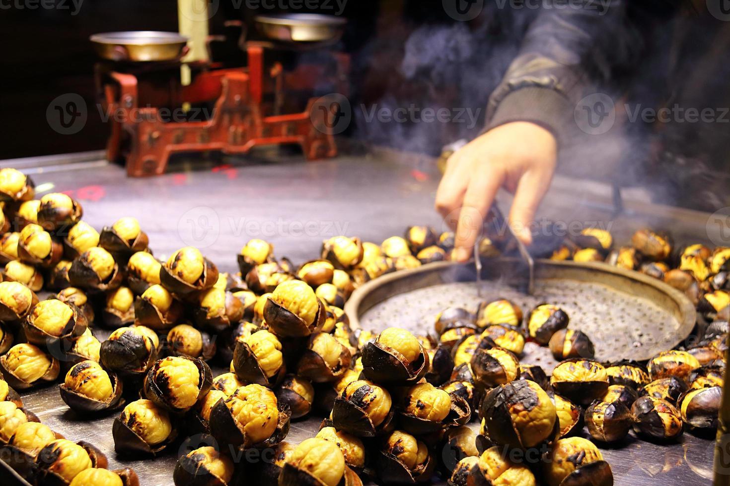 closeup saler assado castanha na rua foto