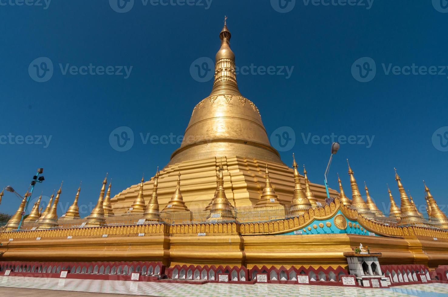 bago, myanmar-fevereiro 21,2014: pagode shwemawdaw foto