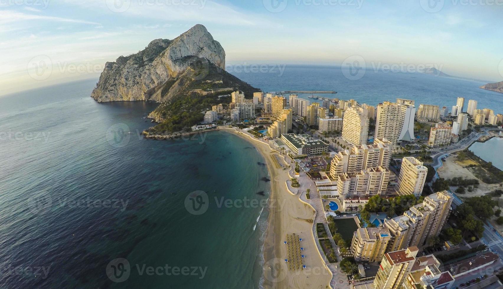 famoso resort mediterrâneo calpe na espanha / vídeo impressionante também foto