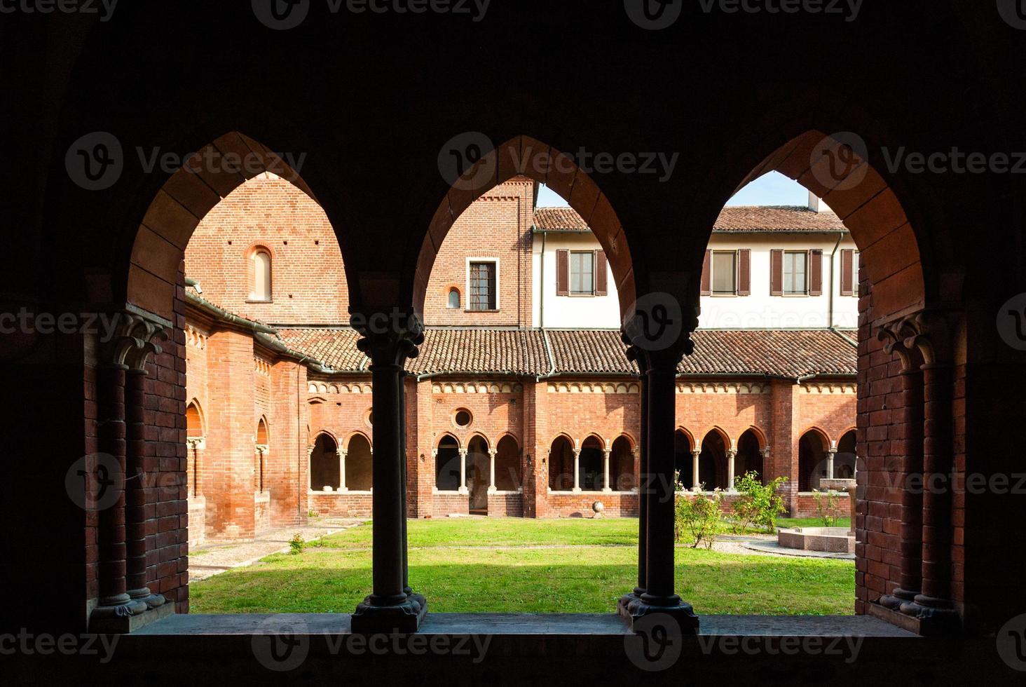 o claustro da abadia de chiaravalle em Milão foto