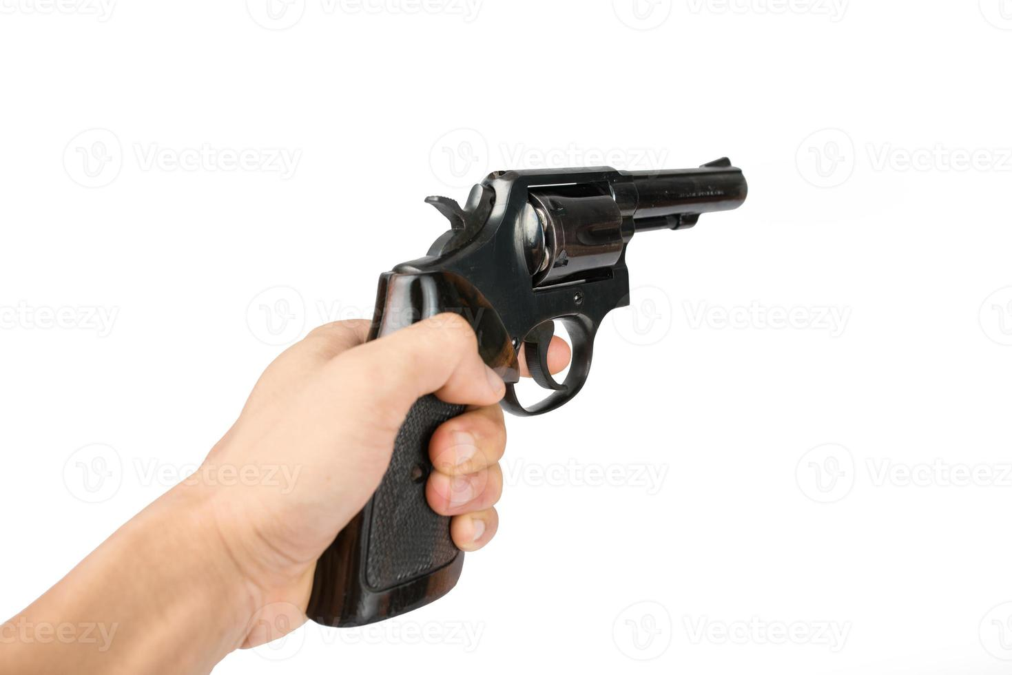 mão de homem com uma arma de revólver preta isolada foto