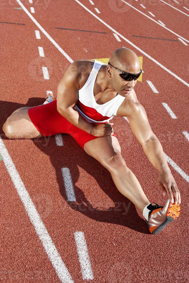 atleta de pista aquecendo foto