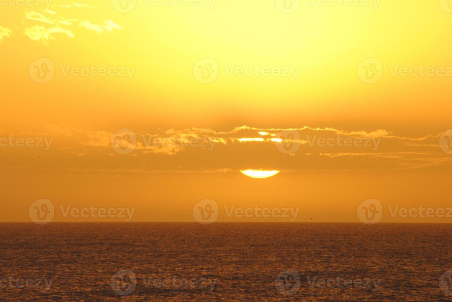 pôr do sol e nuvens foto